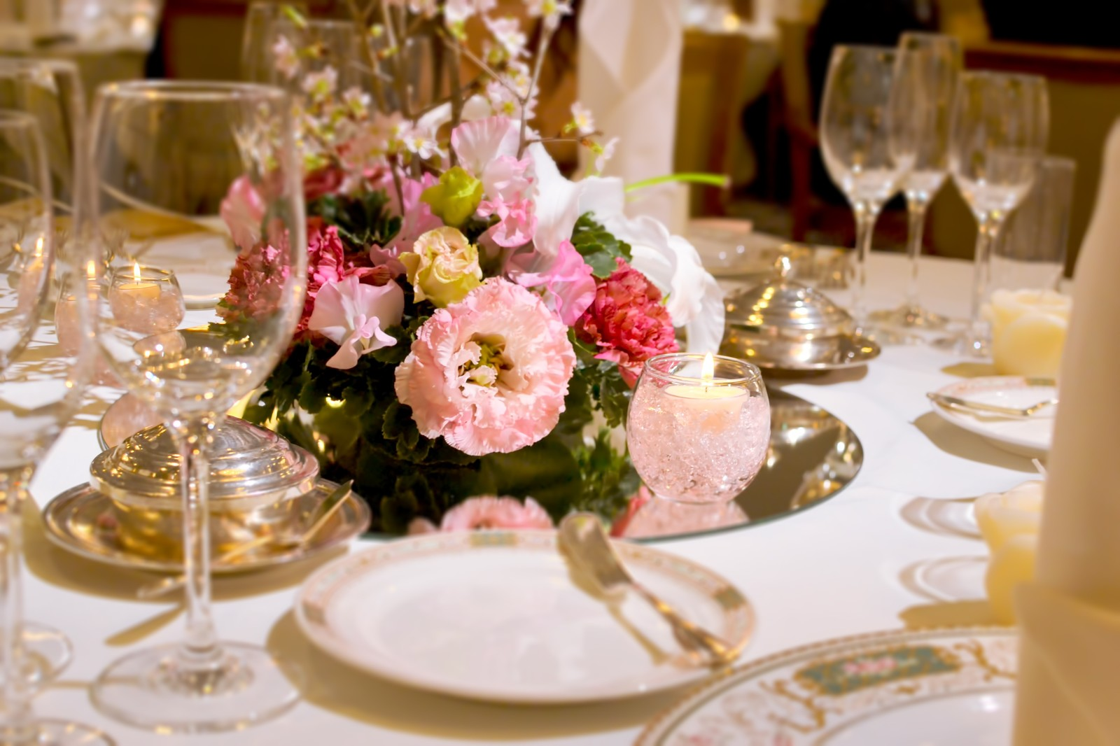 wedding table image (from pakutaso)